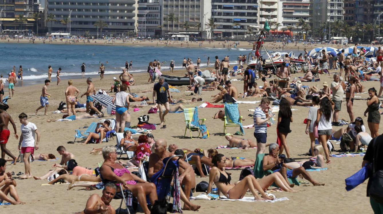 Turistas en Las Palmas de Gran Canaria. (EFE)