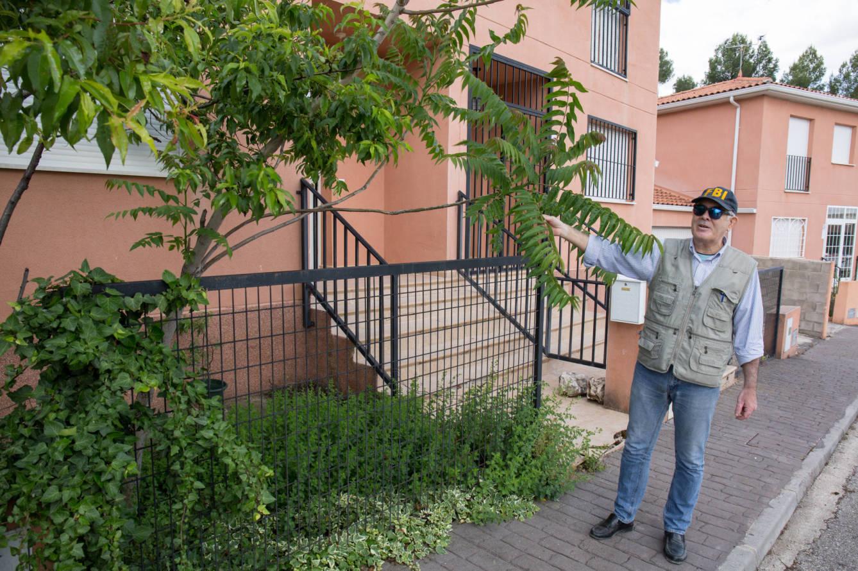 Alex Diges, frente a su chalé ilegal en Almoguera. (D.B.)