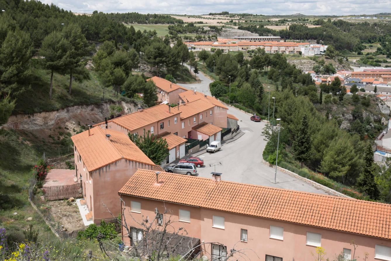 Hilera de chalés ilegales construidos en monte protegido en Almoguera. (D.B.)