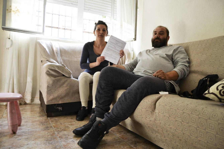 Sandra junto a su marido, con el contrato que firmaron. (M.Z.)