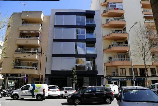Edificio nuevo de Promociones Perelló okupado en Palma. (Alejandro Sepúlveda/'Última Hora')