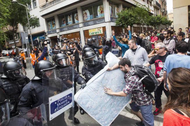 Enfrentamiento entre simpatizantes de la okupación y Mossos en el 'banc expropiat' de Barcelona. (EFE)