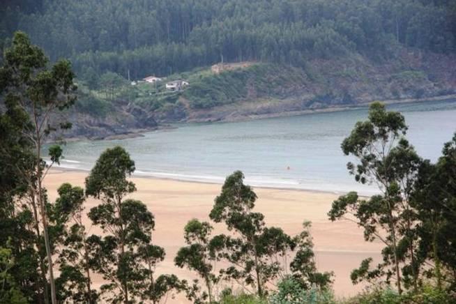 Vista de la playa en Viveiro desde la aldea vendida por 300.000 euros.